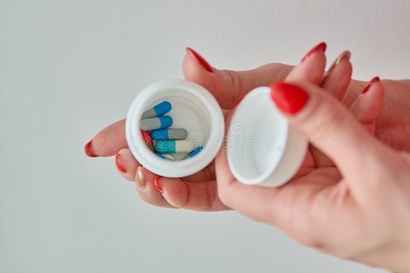 Píldoras, tabletas y cápsulas farmacéuticas clasificadas coloreadas de la medicina imagenes de archivo