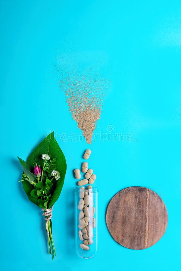 Píldoras vegetales naturales, añadido, hoja verde y botella Forma de vida y prevención sanas de enfermedades cardiovasculares imagen de archivo