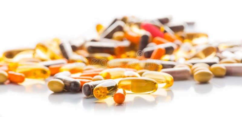 Píldoras y cápsulas aisladas multicoloras foto de archivo