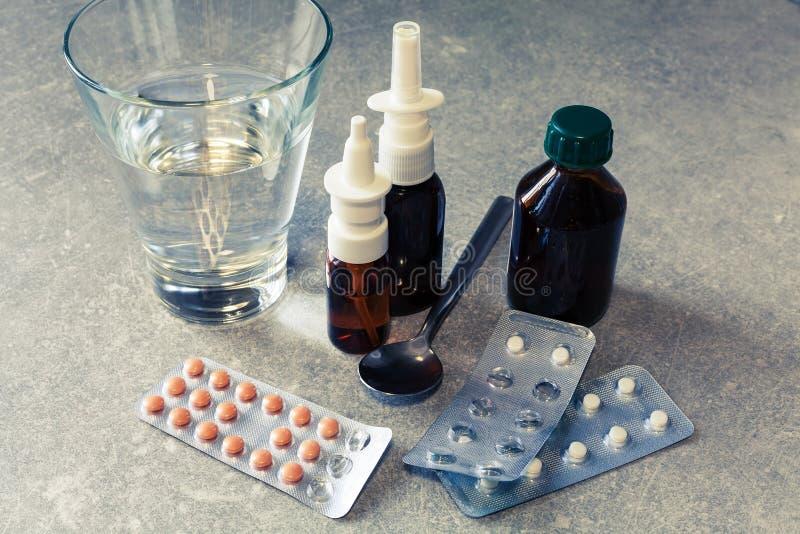 Píldoras y esprayes de la medicina imagenes de archivo