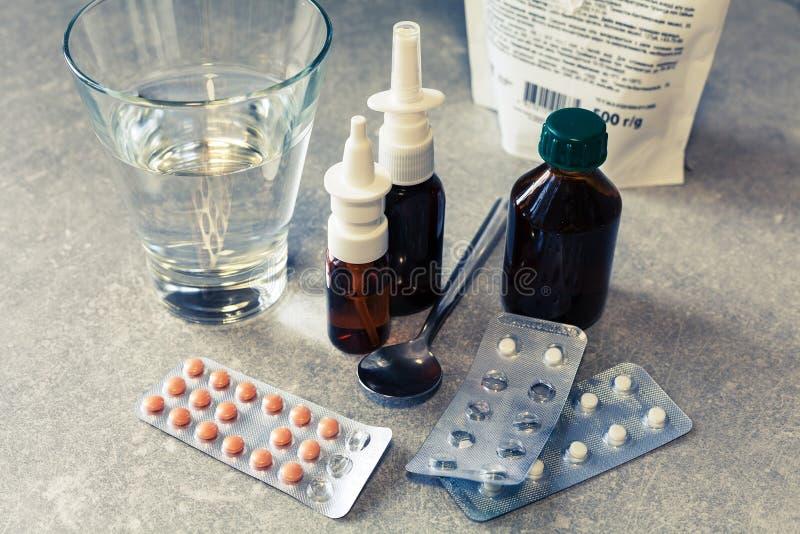 Píldoras y esprayes de la medicina foto de archivo