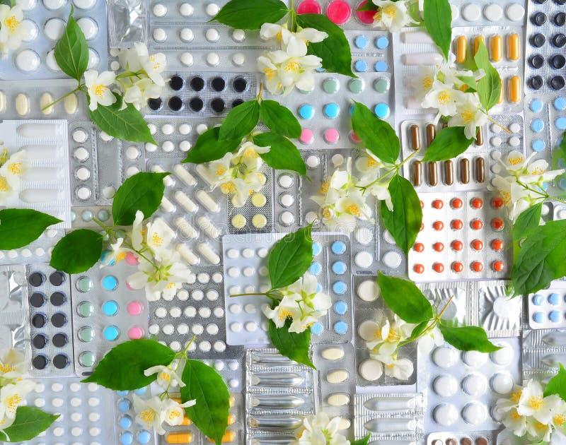 Píldoras y flores fotografía de archivo