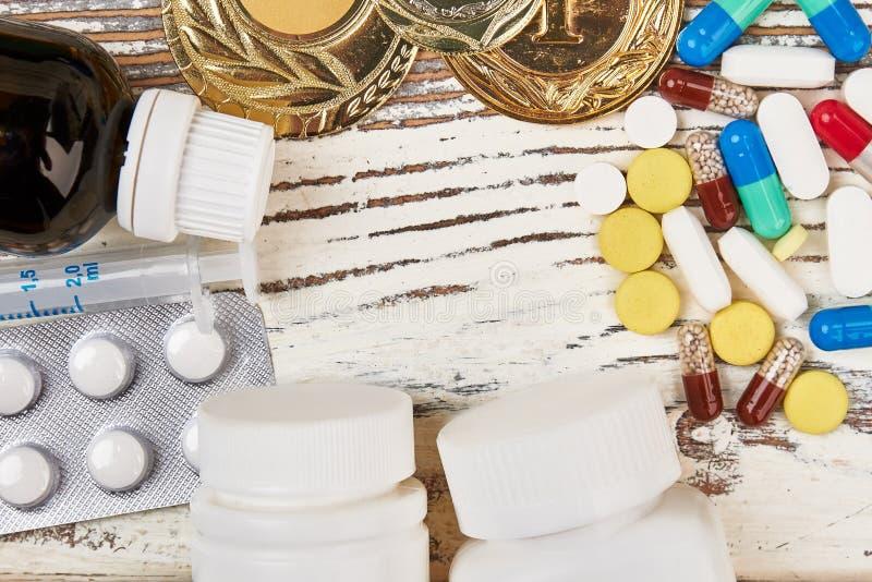 Píldoras y medallas imagen de archivo libre de regalías