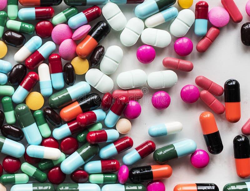 Píldoras y medicina coloridas de las drogas foto de archivo