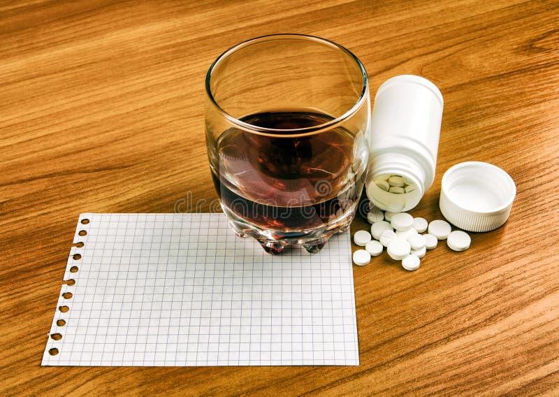 Píldoras y un whisky fotografía de archivo