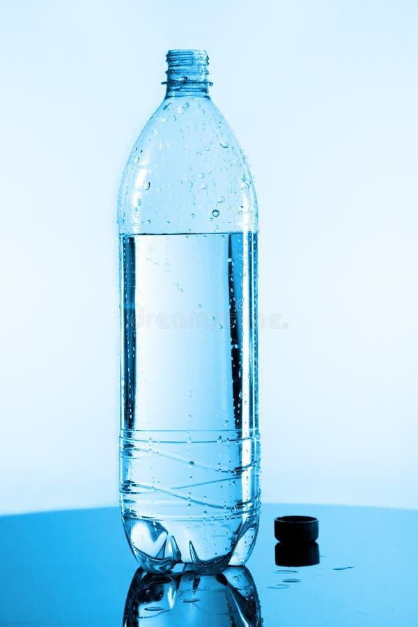 pół butelki wody. zdjęcie stock
