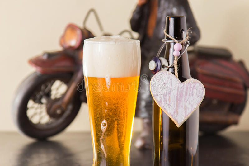 Zazębiony złoty piwo w szkło. fotografia royalty free