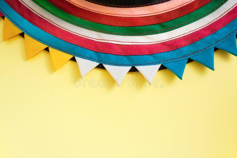 Półcyrkłowy handmade sukienny zaszyty od kolorowych lampasów na górze jaskrawego pastelowego żółtego tła obraz royalty free