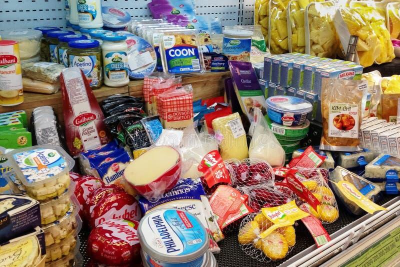 Półka w sklepie spożywczym z ogromnym wyborem różnorodni bakalie obrazy stock