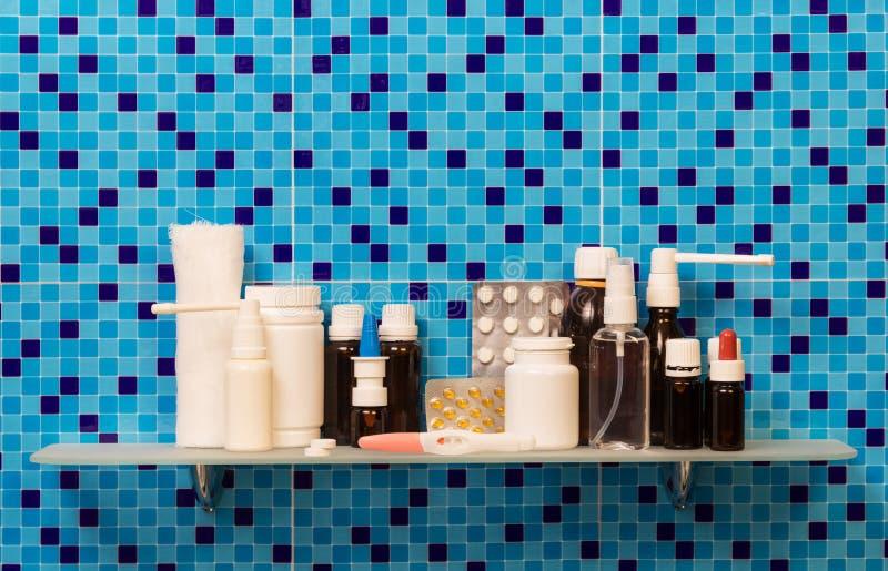 Półka z ciążowym testem, lekarstwo, pigułki, bandaż na abstrakcjonistycznym błękicie zdjęcie stock