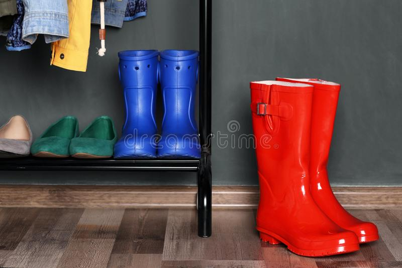 Półka z różnymi butami i czerwonymi Wellington butami fotografia stock