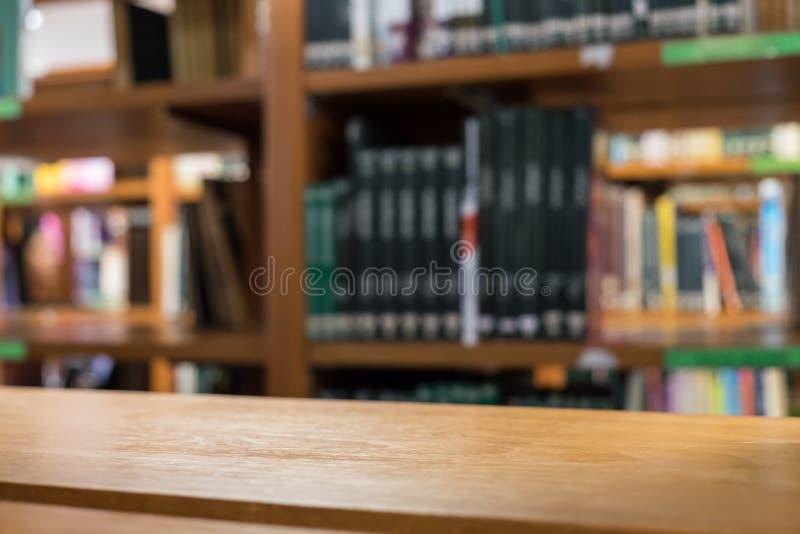 Półki drewno wiele książkowy rodzaj brogujący na drewnianej półce fotografia stock