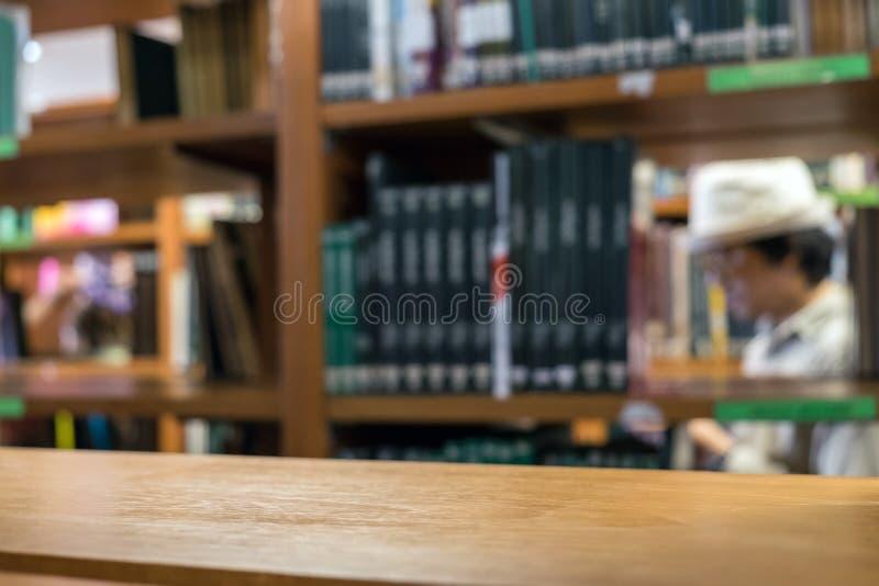Półki drewno wiele książkowy rodzaj brogujący na drewnianej półce obrazy royalty free