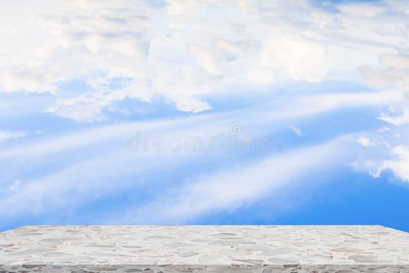 Półki lastryka tekstury marmuru projekta podłogowy stary kamień pusty i niebieskiego nieba obłoczny tło fotografia stock