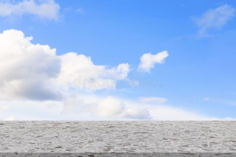 Półki lastryka tekstury marmuru projekta podłogowy stary kamień pusty i niebieskiego nieba obłoczny tło zdjęcie royalty free