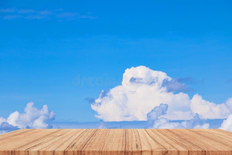 Półki podłogi drewniany wierzchołek pusty z niebieskie niebo chmury żywym tłem fotografia royalty free