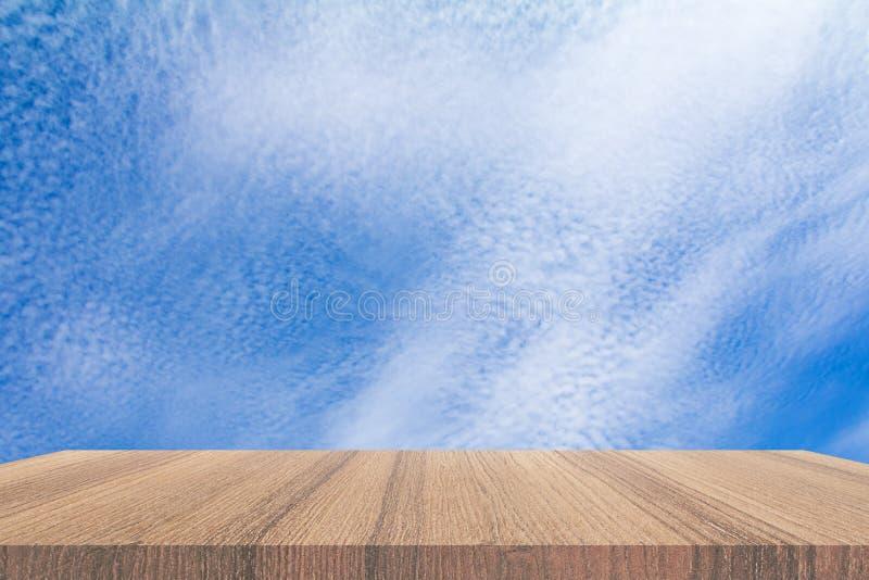 Półki podłogi drewniany wierzchołek pusty z niebieskie niebo chmury żywym tłem obraz royalty free
