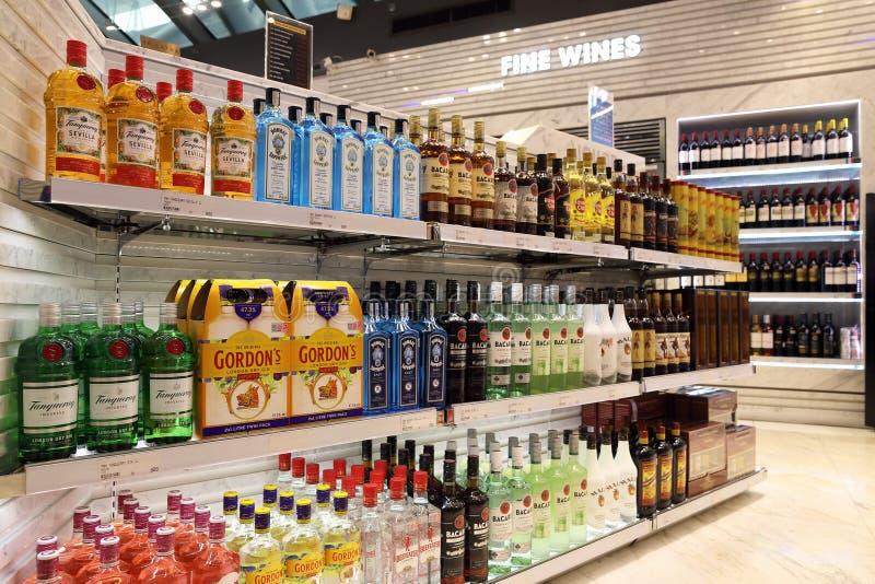 Półki z alkoholem różni gatunki w bezcłowym sklepie przy Bangkok lotniskiem fotografia royalty free