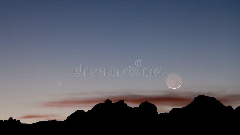 Półksiężyc księżyc Panstarrs w wieczór niebie i kometa fotografia stock