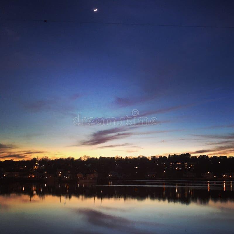 Półksiężyc księżyc przy zmierzchem fotografia stock