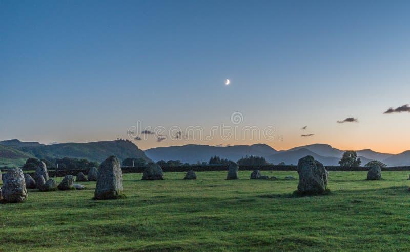 Półksiężyc księżyc ustawia nad kamiennym okręgiem zdjęcia stock