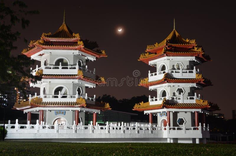 Półksiężyc księżyc wydźwignięcie między Bliźniaczymi pagodami przy chińczyka ogródem w Singapur zdjęcie stock