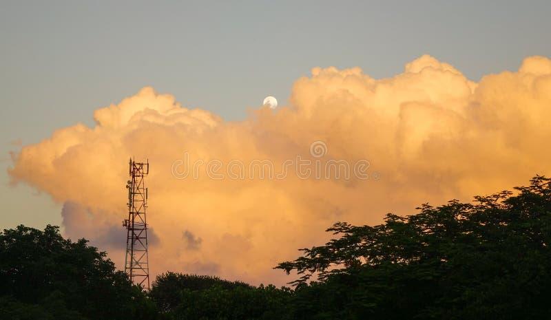 Półksiężyc księżyc z chmurami w zmierzchu zdjęcie royalty free