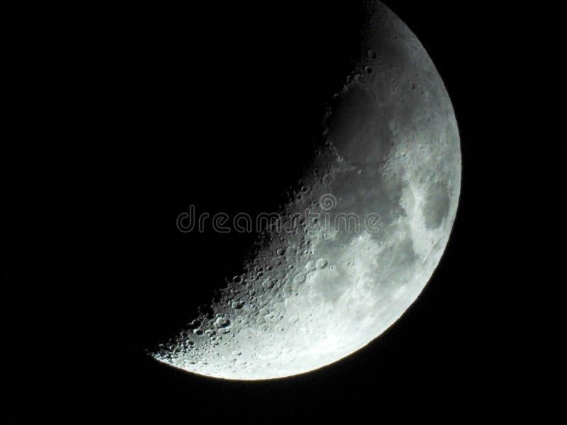 Półksiężyc księżyc z jasną widocznością wyjawia wiele kratery na powierzchni zdjęcie stock