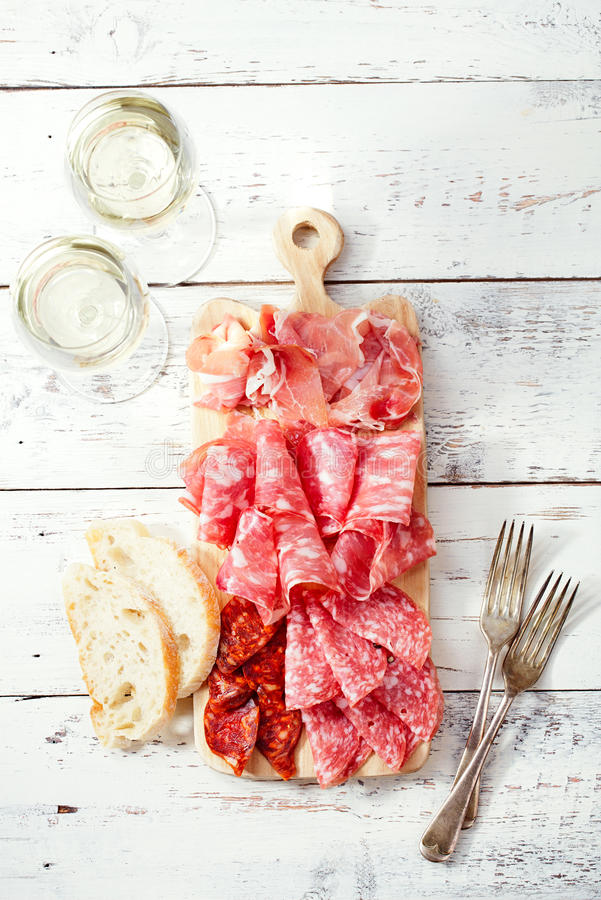 Półmisek serrano jamon Leczył mięso i ciabatta zdjęcie stock