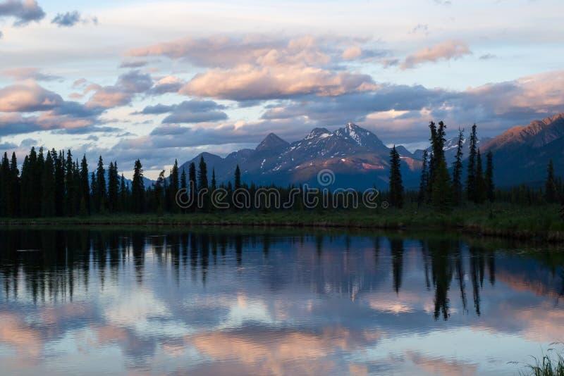 Półmrok przy Górną Stikine i Chukachida rzeką zbieżność zdjęcie stock