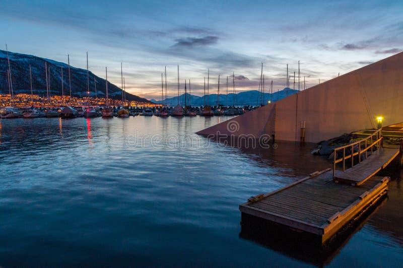 Półmrok w Tromso molu z jachtami w tle zdjęcie royalty free