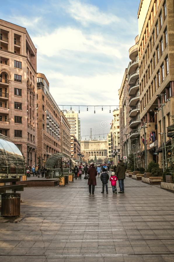 Północna aleja, brukująca z płytkami dla zwyczajnego ruchu drogowego prowadzi opera w kapitale Armenia Yerevan, zdjęcia stock