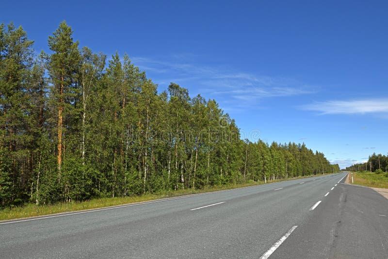 Północna droga w Fińskim Lapland jasny dzie? ?wieci s?o?ce obraz stock