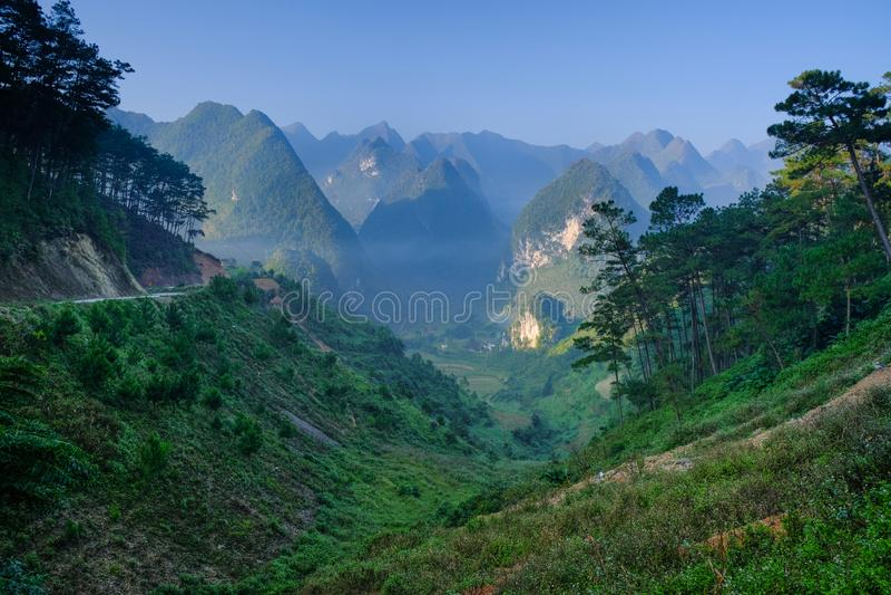 Północna Wietnamska dolina z kras górami zakrywać mgłą w brzęczeniach Giang, Dong Van Region/ zdjęcie royalty free