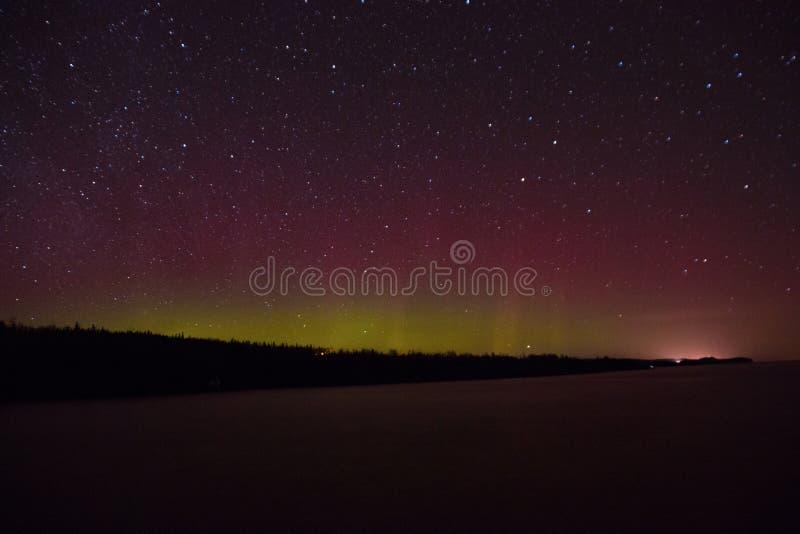 Północni światła i zorza nad Jeziornym przełożonym na Północnym brzeg Jeziorny przełożony w Minnestoa fotografia stock