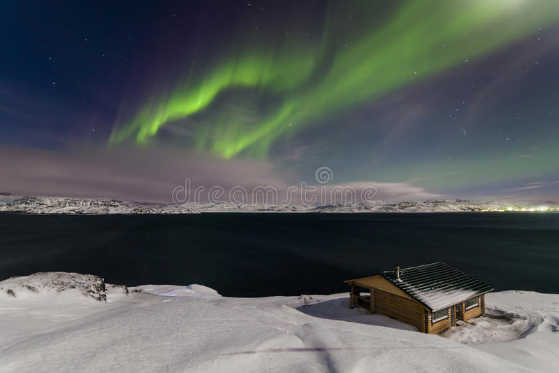 Północni światła na brzeg Arktyczny ocean obraz stock