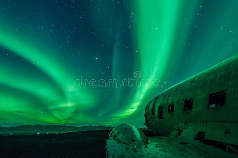 Północni światła nad DC samolotem rujnują w SÃ ³ lheimasandur Iceland obraz royalty free