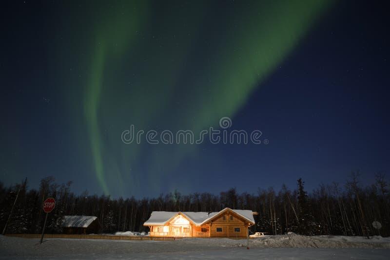 Północni Światła nad domem w północny Alaska zdjęcie stock