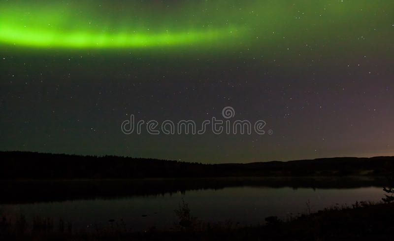 Północni światła nad jeziorem zdjęcie royalty free
