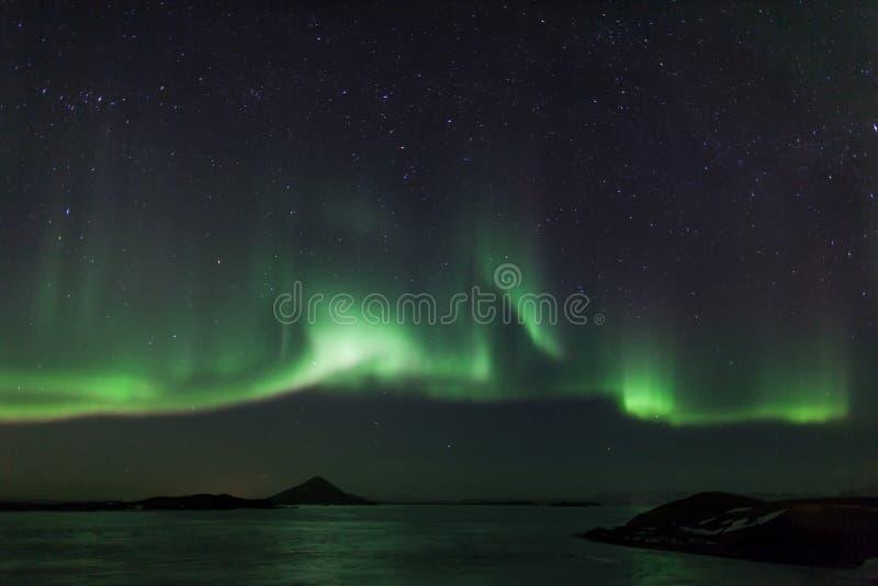 Północni światła nad zamarzniętym jeziornym Myvatn w Iceland obraz royalty free