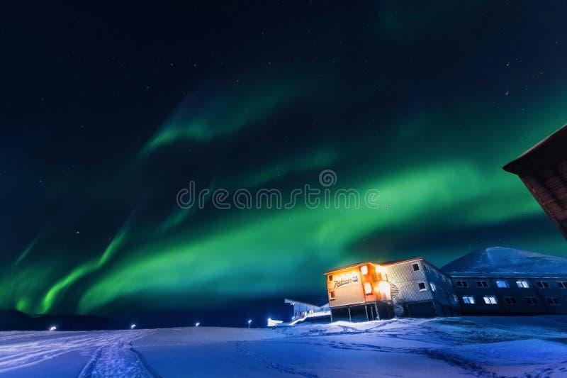 Północni światła w góra domu Svalbard, Longyearbyen miasto, Spitsbergen, Norwegia tapeta obraz royalty free