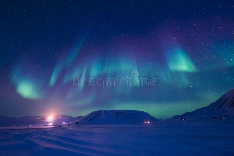 Północni światła w górach Svalbard, Longyearbyen, Spitsbergen, Norwegia tapeta fotografia stock