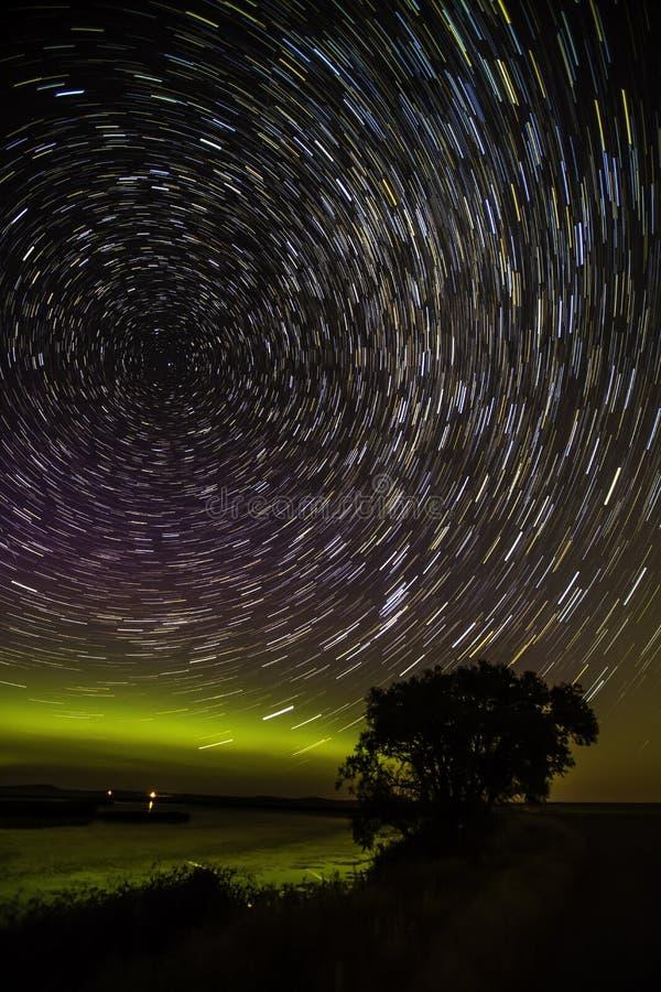 Północni światła z gwiazdowymi smugami zdjęcia stock