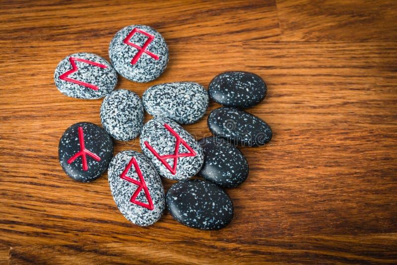 Północni runes na wieśniaka stole zdjęcie royalty free