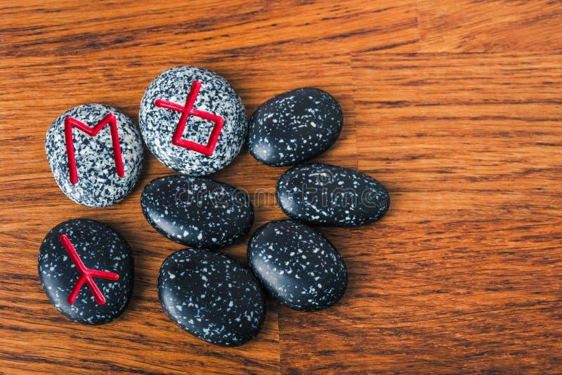 Północni runes na wieśniaka stole zdjęcie stock