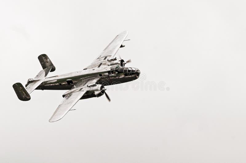 Północnoamerykański B-25J Mitchell bombowiec samolot odizolowywający na bielu zdjęcia royalty free