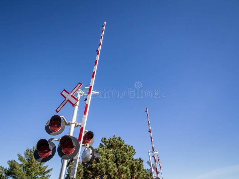 Północnoamerykański równy skrzyżowanie z swój typowym drogowym znakiem, saltire kształtował, i czerwieni i bielu ogrodzeń bariery zdjęcia stock