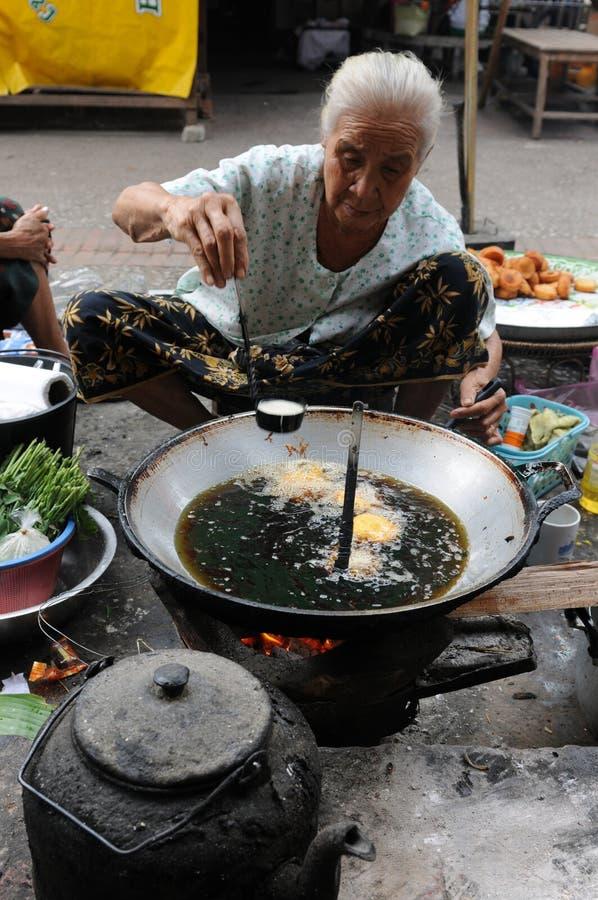Północny Laos: Piec na grillu mięso przy rynkiem Luang Prabang i ryba fotografia royalty free