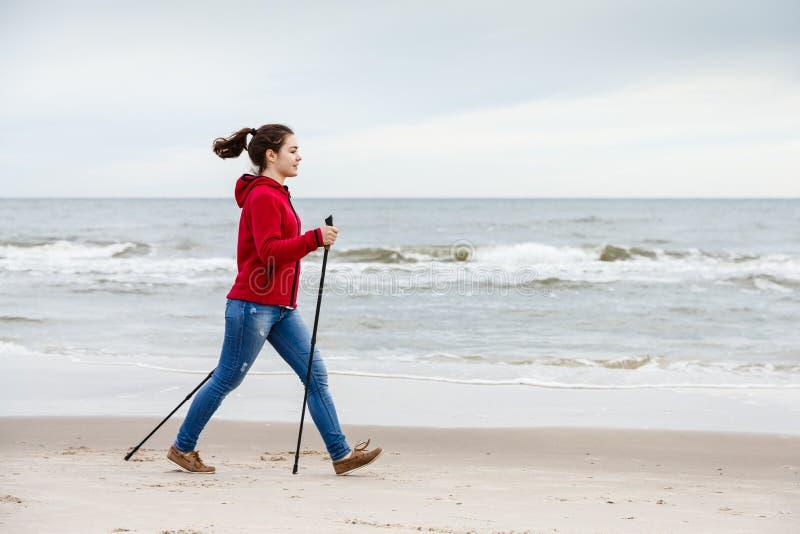 Północny odprowadzenie - młoda dziewczyna pracująca na plaży out obrazy stock