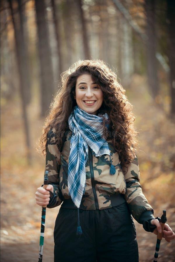 Północny odprowadzenie Portret szczęśliwa kobieta z kędzierzawym włosy wewnątrz w Radosnej i uśmiechów jesieni lasowej młodej kob obrazy royalty free